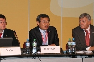 "<div class=""bildtext_en"">ITA president In-Mo Lee, executive director Olivier Vion and past-president Martin Knights at the General Assembly</div>"