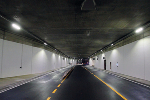 "<div class=""bildtext_en"">The Swarotube lamps were mounted to cables attached to the tunnel ceiling at the side</div>"