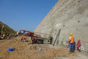 """<div class=""""bildtext""""><strong>5</strong>Spritzbetonarbeiten im Zuge der Herstellung der Bodenvernagelung im Bereich Tunnel Hain</div>"""