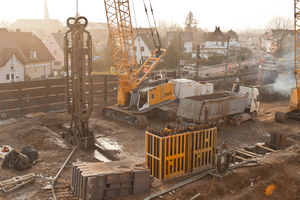 """<div class=""""bildtext_en"""">Excavation of diaphragm wall panels about 40 m deep, into which the cages are then lowered</div>"""