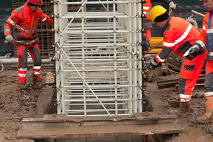 """<div class=""""bildtext_en"""">Lowering the Soft Eye reinforcement cage into the trench</div>"""