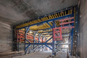 """<div class=""""bildtext_en"""">The basic structure for the tunnel formwork largely consists of the modular beam scaffolding system SL-1 rounded off by preassembled wall and floor formwork from the Doka Fertigservice.</div>"""