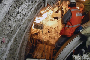 """<div class=""""bildtext_en"""">Crews survey damage after one of more than 16 000 recorded rock bursting events in Peru's Olmos tunnel</div>"""