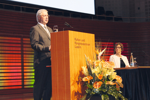 "<div class=""bildtext_en"">Luzi Gruber, president of the Swiss Tunnelling Society, introducing Prof. Sarah Springman, rector of the Zurich ETH, who held the opening lecture     </div>"