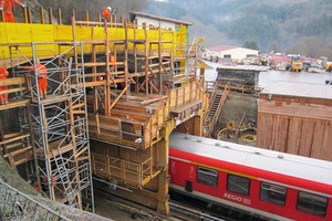"<div class=""bildunterschrift_en"">Formwork car for concreting the portal block and the portal section at the Frauenberg Tunnel</div>"