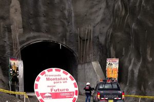 "<div class=""bildtext_en"">Portal of the Puinta Olimpica Tunnel during the visit of the regional president in May 2013</div>"