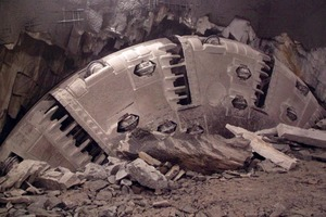 7After severely unstable ground conditions were encountered, modifications were made to the Jinping-II TBM in a cross chamber<br />