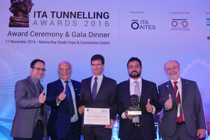 9)&nbsp;&nbsp;&nbsp;&nbsp; Marc Comulada (Maidl Tunnelconsultants, on the left), Dr. Martin Herrenknecht (2<sup>nd</sup> from left) and Tarcísio Celestino ITA president, on the right) with the two representatives of the JV for the Metro Line 4, Rio de Janeiro <br />