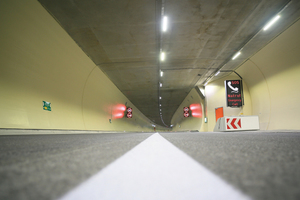 """<div class=""""bildtext_en"""">The lighting solution with the Type SwaroTube lamps is characterized by homogeneous light distribution and lack of glare. The light is spread evenly and efficiently within the tunnel using precise crystal glass optics</div>"""