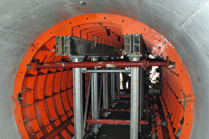 "<div class=""bildtext_en"">The culvert of the motorway A4 has a diameter of only 2.25 m. The special formwork is held by the GASS system; the side areas are braced by pressure props.</div>"