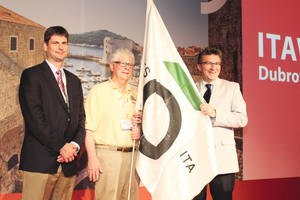 "<div class=""bildtext_en"">From Dubrovnik to San Francisco: Davorin Kolić (on the right), president of ITA Croatia, handed over the ITA flag to Mike Smithson (on the left; WTC 2016 Chair) und William Edgerton (UCA of SME Chair)</div>"