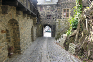 "<div class=""bildtext_en"">Steep and narrow access to the upper courtyard of the castle</div>"