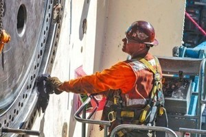 """<div class=""""bildtext_en"""">A crew member inspects the TBM during Onsite First Time Assembly</div>"""