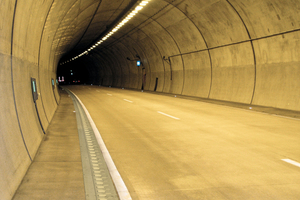 "<div class=""bildtext_en"">Carriageway in tunnel with new channel installed</div>"