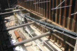 1 California, USA's Lower Northwest Interceptor sewer tunnels used a continuous conveyor system to haul clay, silt, and sand at 6 % upgrade with over 90 % system availability<br />