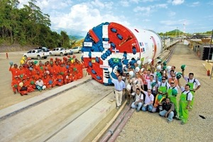 Men and machine united: Odebrecht's tunnel constructers and the Herrenknecht team salute the highly complex TBM