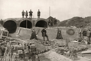 """<div class=""""bildtext_en"""">A sewer system was built in London between 1859 and 1865 comprising six main canals with a total length of 160 km and 1800 km of street sewer channels. The left photo shows Joseph Bazalgette (top right) on the construction site of the Northern Outfall Sewer below the Abbey Mills Pumping Station; the picture on the right shows construction works at the Northern Outfall Sewer in the year 1902</div>"""