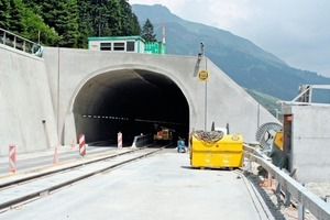 "<div class=""bildunterschrift_en"">The Cassanawald Tunnel, closed in one direction (foreground) for installation of the fire-safety system from rail flatcars  </div>"
