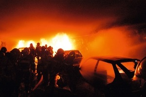 Real extinguishing exercise in a road tunnel involving numerous cars that have caught fire