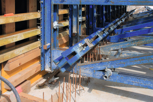 """<div class=""""bildtext_en"""">Two inclined anchors with 20 mm diameter per supporting frame transfer the prevailing fresh concrete pressure into the already produced base.</div>"""