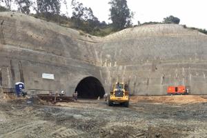 """<div class=""""bildtext"""">Arbeiten a einem Tunneleingang</div>"""