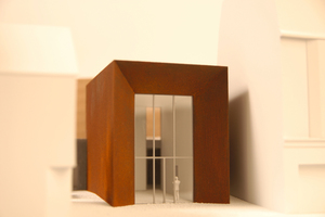 "<div class=""bildtext_en"">Model of the entrance building in the form of a large door, which opens up to the town centre</div>"