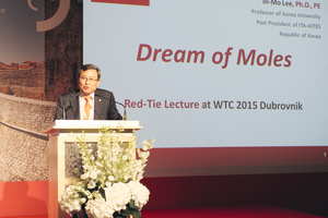 "<div class=""bildtext_en"">In-Mo Lee, relating the ""Dream of the Mole"" in his ""Red Tie Lecture""</div>"