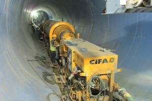 """<div class=""""bildtext_en"""">Concrete train during pumping</div>"""