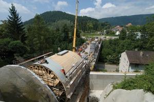 3 Assembly of the sheathing on the formwork car<br />(Photos: NOE-Schaltechnik, Süssen/D)<br />