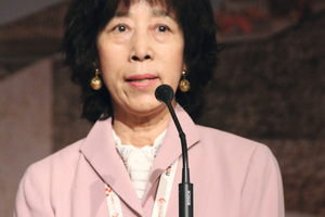 "<div class=""bildtext_en"">Koichi Ono's widow Masako accepting the ITACET Award bestowed posthumously</div>"