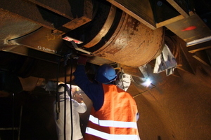 """<div class=""""bildtext_en"""">Preheating and welding the web plates to the tunnel shell</div>"""