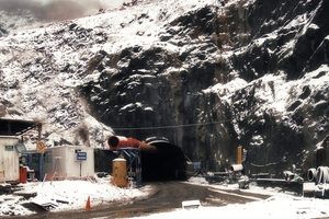 "<div class=""bildtext_en"">Portal of the Punta Olimpica Tunnel – work during a snowfall</div>"