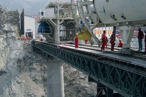 1The two 10.2 m diameter Robbins TBM were assembled on bridges spanning a deep valley<br />