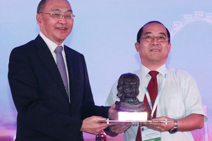 "<div class=""bildtext_en"">	Shaohua Chen (on the right) receives the 2016 ITA Award for the largest tunnelling project costing more than 500 million euros from Alan Chan (on the left), chairman Land Transport Authority Singapore</div>"