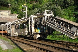 "<div class=""bildunterschrift_en"">Machine for removing the track superstructure during the renovation of the Arlberg Tunnel</div>"