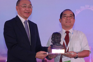 1)&nbsp;&nbsp;&nbsp;&nbsp; Shaohua Chen (on the right) receives the 2016 ITA Award for the largest tunnelling project costing more than 500 million euros from Alan Chan (on the left), chairman Land Transport Authority Singapore <br />