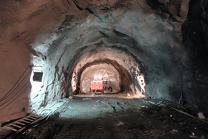"<div class=""bildtext_en"">After the shotcrete, technicians inspect the surface of the area to continue the drilling works.</div>"