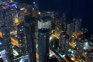 "<div class=""bildtext_en"">View from the CN Tower: Toronto's financial district at night</div>"