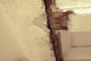 """<div class=""""bildunterschrift_en"""">Damage to the old ceiling</div>"""