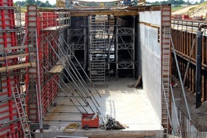 Concreting of the 56 m long tunnel below the B96 is in full swing – the side walls and the wing walls with Mammut 350, the ceiling with the mobile formwork car.