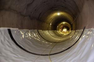 """<div class=""""bildtext_en"""">Tunnel waterproofing membrane installed in floor area with external waterstop (black)</div>"""