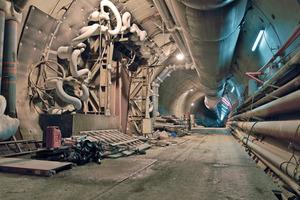 Tunnelröhre von Bild 3 im Bereich eines Querschlags (Bodenvereisung)<br />