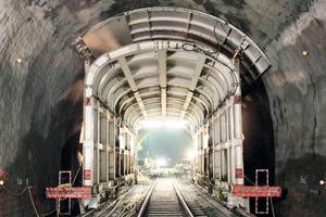 Tunnel-Aufweitung mit Tunnel-im-Tunnel-Methode – mit Stützplatten in der Firste zur Verbruchsicherung <br />