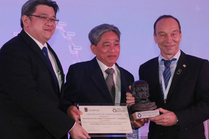2) &nbsp;&nbsp;&nbsp; Søren Degn Eskesen (on the right) hands over the ITA Award for the most outstanding tunnelling project in 2016 costing between 50 and 500 million euros to Esen Sze Yu Sheng (centre) <br />