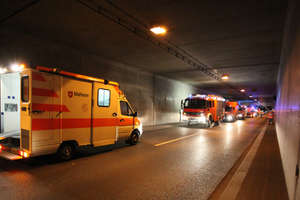 "<div class=""bildtext_en"">Coordination between fire and ambulance services: In case of a fire in a twin-bore tunnel, when can an ambulance drive into the unaffected bore to care for injured victims? In order to ensure safe collaboration in case of an incident, this question should also be clarified in advance 