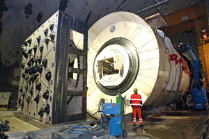 "<div class=""bildtext_en"">Gigantic machine: the tunnel boring installation is 180 m long. The cutterhead alone weighs 100 t.</div>"