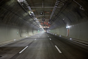 "<div class=""bildtext_en"">Fire extinguishing system installed in the tunnel</div>"