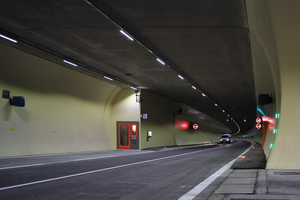 """<div class=""""bildtext_en"""">Apart from the lighting for the tunnel bores, Swareflex LED solutions are also applied for marking the emergency and fire extinguishing bays as well as the cross-passages between the 2 bores</div>"""