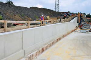 """<div class=""""bildtext_en"""">Altogether around 50,000m³ of concrete has to be installed on site. The concrete areas on the trough walls are just as impressive as in the tunnel sections</div>"""