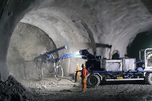 Remote-controlled spraying booms for securing rock with shotcrete when tunnelling via drill+blast
